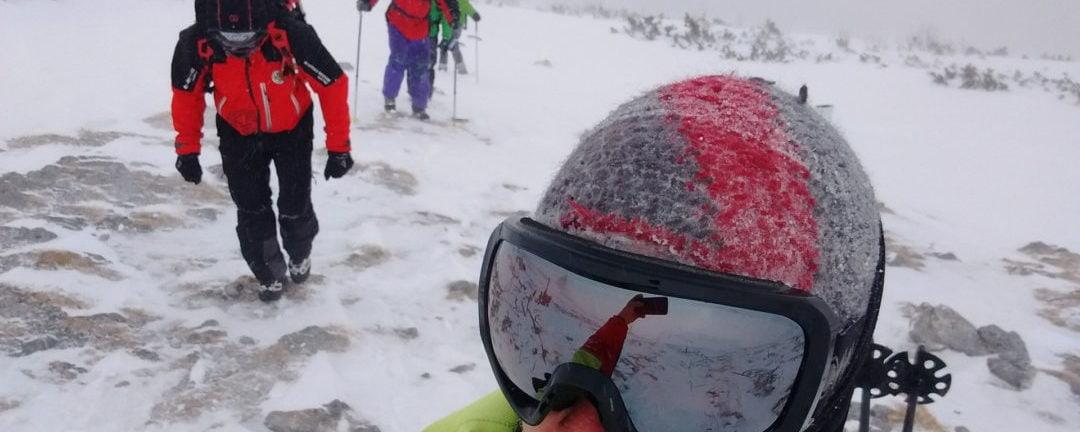 Bergrettung holt Wanderer bei Sturm vom Schneeberg